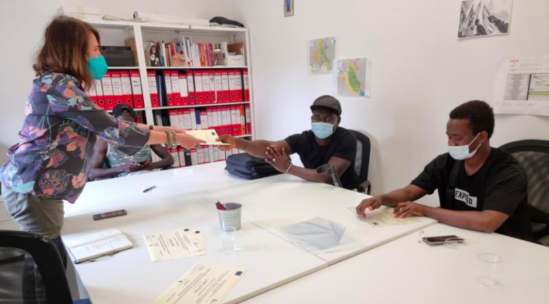 Giovani migranti diventano artigiani: il volto dell'integrazione